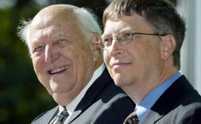 William H. Gates Senior (l) und sein Sohn Bill Gates Jr. sind 2003 bei der Einweihung der William H. Gates Hall, einem Gebäude der Washington School of Law in Seattle. Foto: John Froschauer/AP/dpa